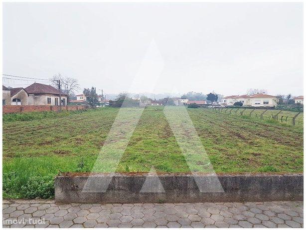 Terreno com 3 120 m2 em zona residencial de Alquerubim!