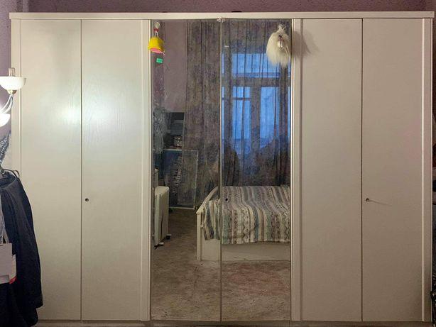 Шкаф для вещей с зеркалом и замками