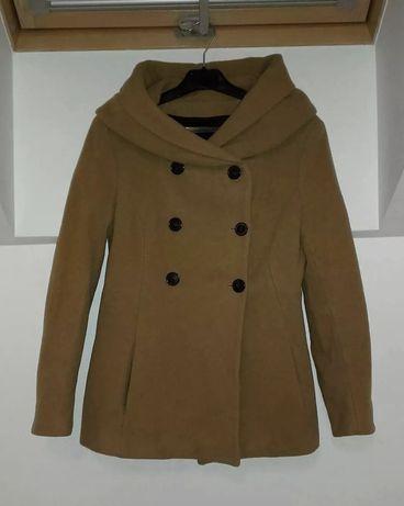 Krótki jasnobrązowy płaszczyk Zara