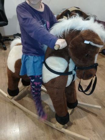 Koń na biegunach duży ładny.