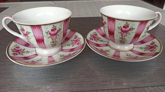 Komplet 2 filiżanek porcelanowych z talerzykami o pojemności 230 ml.