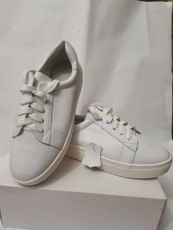продам новые кожанные белые кроссовки (макасины,кеды)