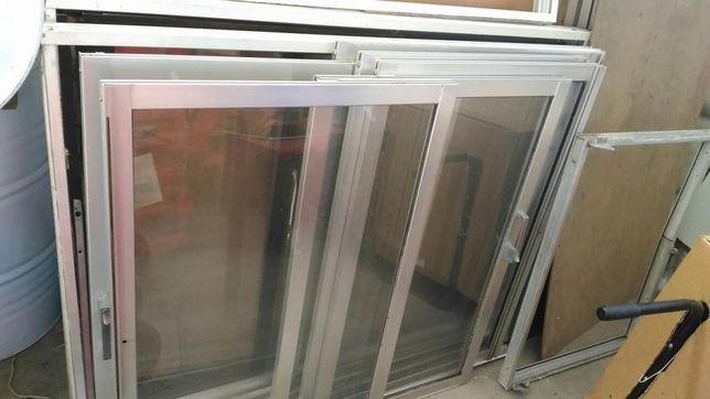 Conjunto de janelas / portas sacadas