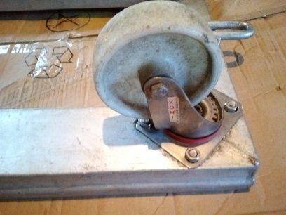 Carrinho em alumínio com rodas em inox