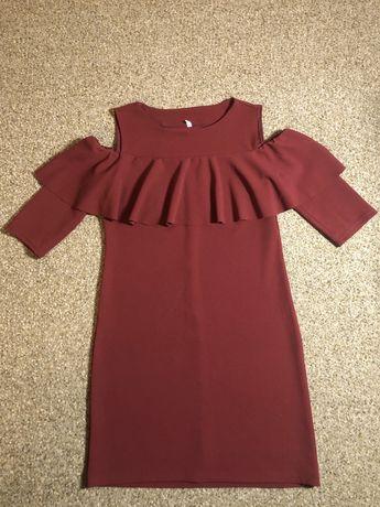 Платье с открытыми плечиками и воланом