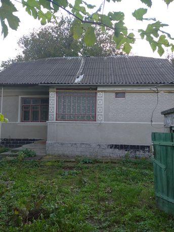 Будинок з сільськогосподарськими прибудовами.