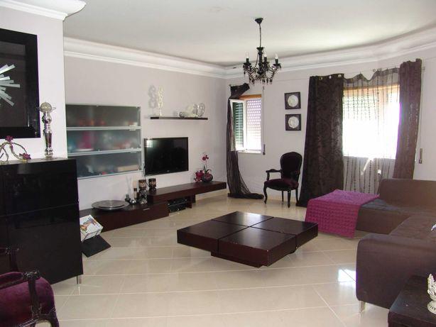 Sala completa com mesa de centro e sofá chaise longue