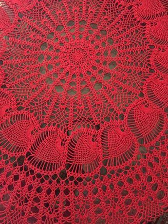 Toalha vermelha em renda para mesa redonda