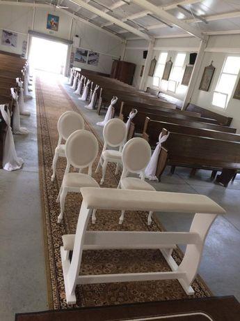Dekoracje ślubne krzesła białe klęcznik
