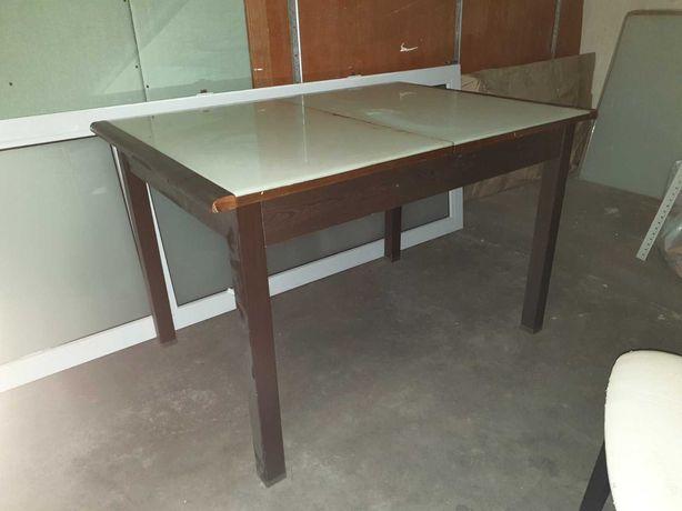 Деревяный стол и стулья