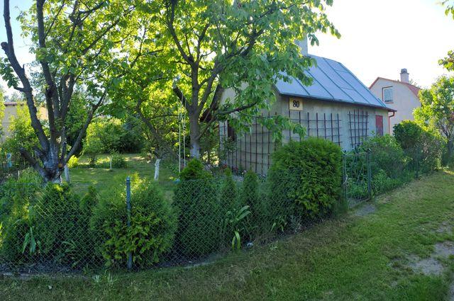 Działka rekreacyjna ROD z murowanym domkiem