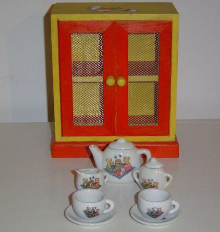 Serviço de chá porcelana e armário pintado