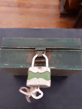 Caixa  muito antiga, com cadeado, com muitos anos para coleção