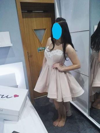Piękna sukienka firmy Lou z długim trenem.