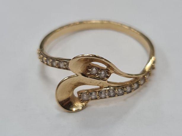 Ciekawy złoty pierścionek damski/ 585/ 2.05 gram/ R21/ Cyrkonie