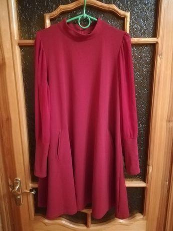 Женское платье цвета бордо