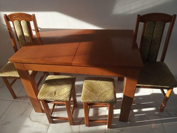 Stół rozkładany z krzesłami i taboretami