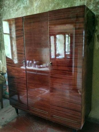 2 трёхсекционных лакированных шифоньера(шкафа) с зеркалом