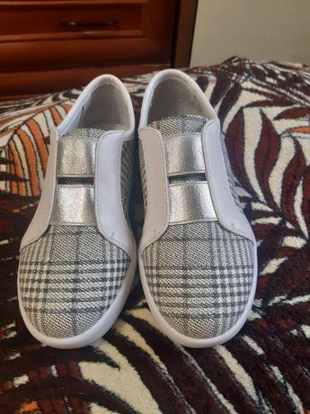 Кросівки, макасини