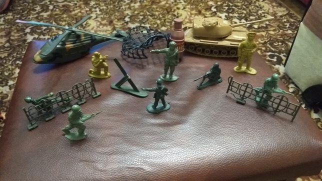 Солдатики и бинокль игрушки