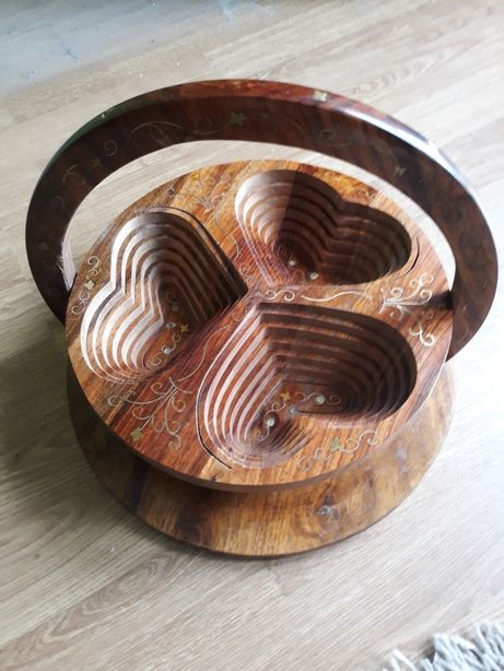 Koszyk okrągły, składany w kształcie 3 serc .