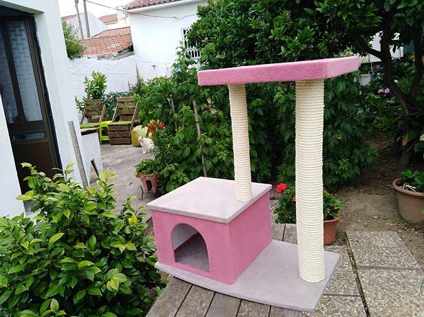 Arranhador para gatos com casinha e prateleira