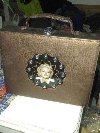 Mala Marylin Monroe produtos beleza mas vazio por dentro