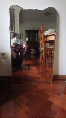 Espelho antigo com forma diferente