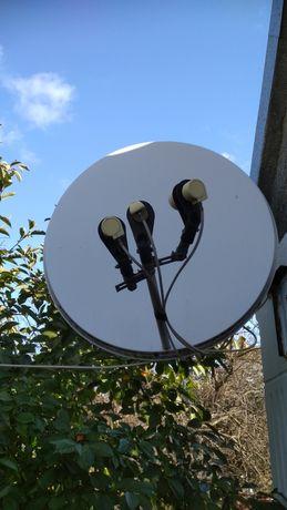 Спутниковая антенна с тремя головками и креплением