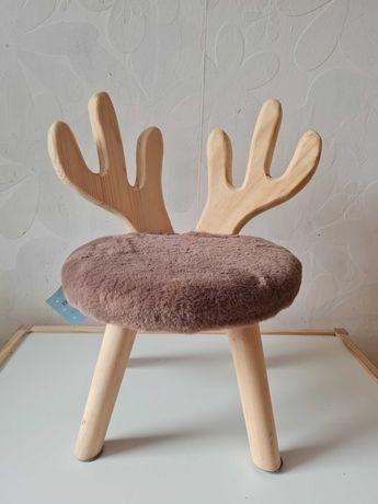 Nowe drewniane krzesełko jeleń