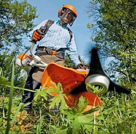 Косіння трави мотокосою.