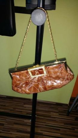 Witam. Sprzedam torbę wizytową, lakierowana, na łańcuszku.