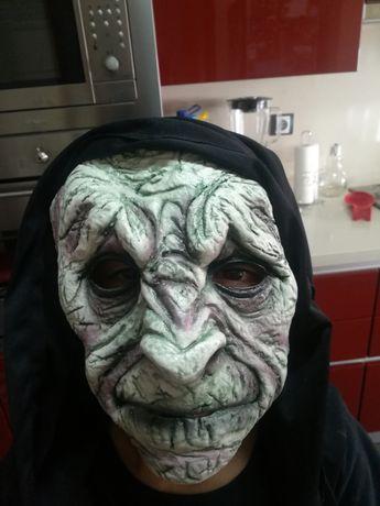 Máscara e fato de bruxa
