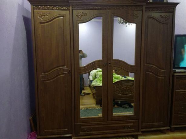 спальня шафа комод ліжко зеркало
