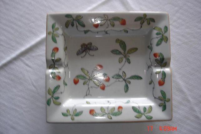Cinzeiro em Porcelana Chinesa com Ramos Verdes e Insectos