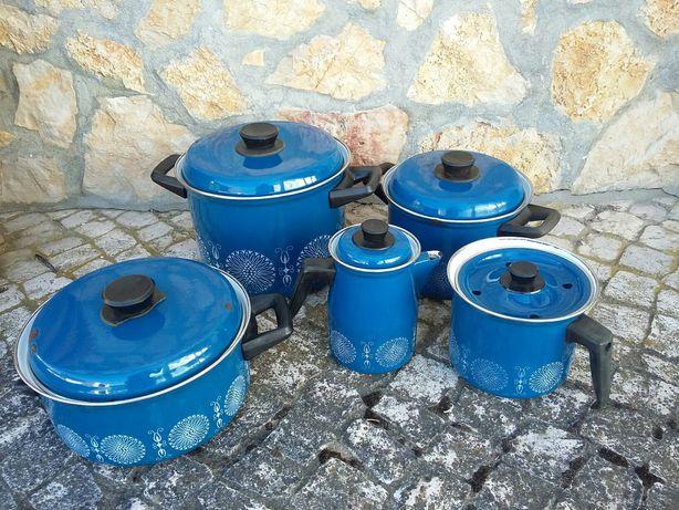 Lote de panelas, fervedor, cafeteira em esmalte português tom de azul
