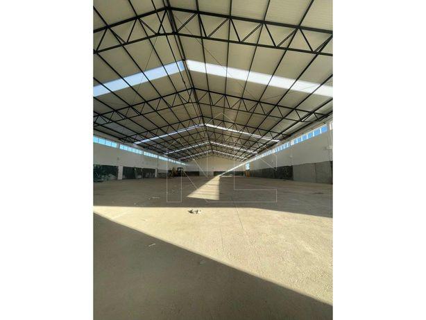 Armazém (2000 m2) com cais de carga
