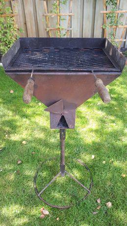 Grill składany, żeliwny, obracany na stopie.