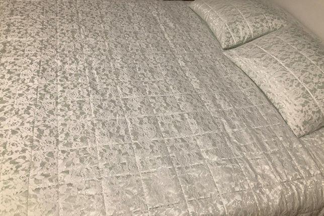 Narzuta koronkowa English Home z poduszkami