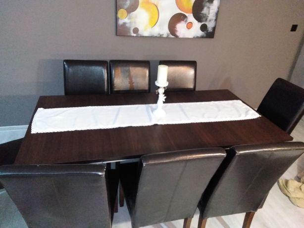 Stół plus osiem krzeseł do salonu