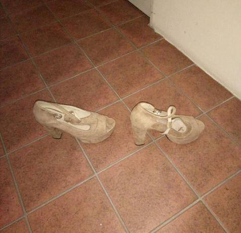 sapatos beges de salto alto