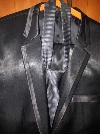 Мужской костюм черного цвета фирменный р-50.
