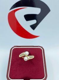 Złoty pierścionek z perłami