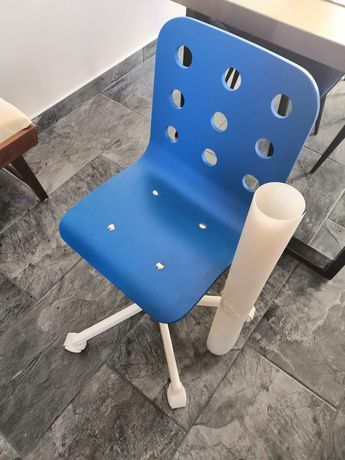 Dziecięce krzesło na kółkach z mata