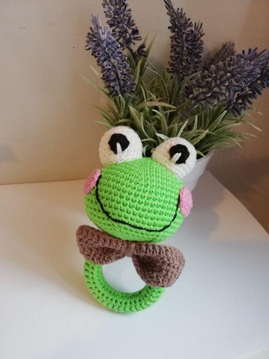 Grzechotka dla dzieci wykonana na szydełku z włóczki handmade Żabka Śliwiczki - image 1