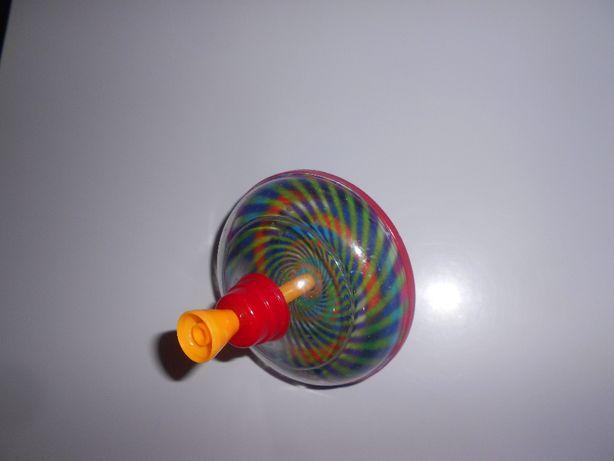 Plastikowy bączek zabawka mały