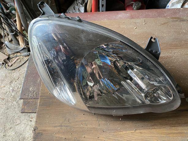 Lampa prawy przód Toyota Yaris 05