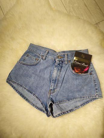 Высокие джинсовые шорты.