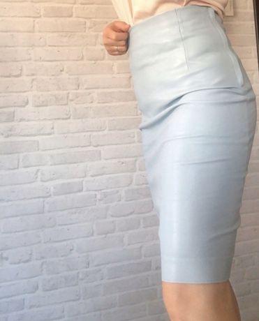 Błękitna niebieska ołówkowa spódnica midi skórzana z eko skóry S ZARA