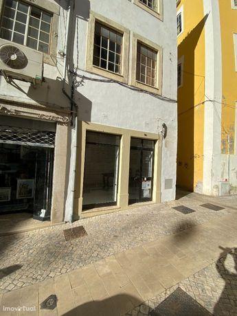 Loja para arrendar junto à Praça do Comércio